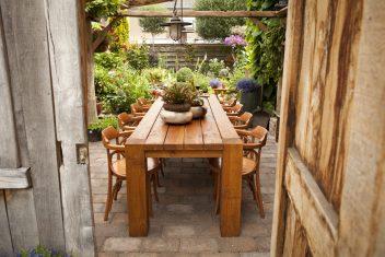 buitenmeubelen houten lange tafel voor buiten
