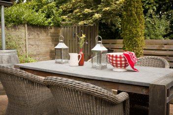 houten tafel met natuurstenen blad
