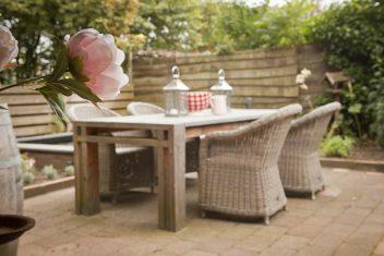 handgemaakte tafel met houten onderstel en natuurstenen blad