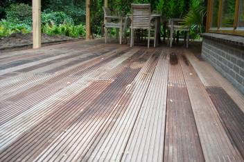 terras gemaakt van hardhouten vlonderplanken