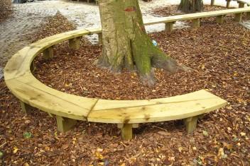 maatwerk meubelen s vormige bank op schoolplein