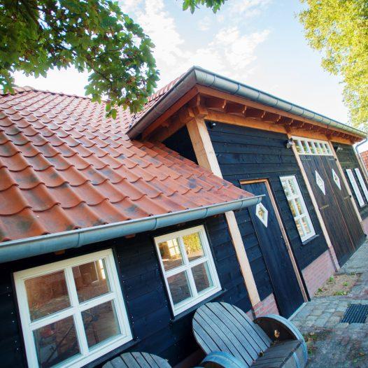 landelijke houtbouw kenmerkt zich door een zinken dakgoot en authentieke details