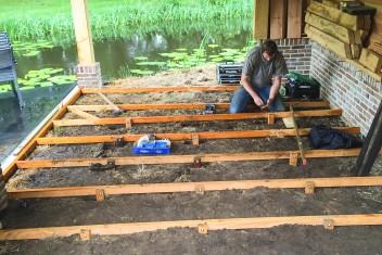 basis voor een houten vloer onder een overkapping