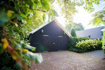 garage zwartgeschilderd met dubbele deuren