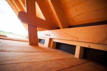 bouwen in landelijke stijl met een kreupele stijl in een dakconstructie