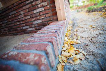 gemetselde muur als basis voor een schuur