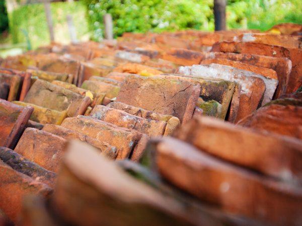 stapel oud-Hollandse dakpannen