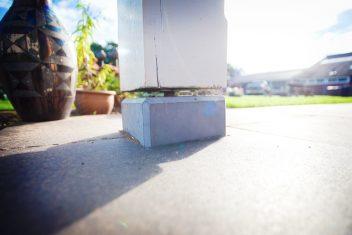betonpoer op terras, als basis voor de veranda